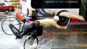 雨中惊险刺激的一幕