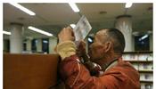 """杭州藏书楼许可拾荒者入内浏览,独一请求是:要洗手。有市民表现没法接管,馆长褚树青说:""""我无权谢绝他们来念书,但您有权分开。"""