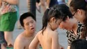 小萝莉泳池边换衣服 旁边那哥们表情亮了