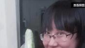 手持黄瓜,姑娘一定要悠着点啊...