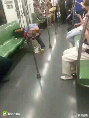 前两天地铁上的一幕,太可怕了。你可以在地铁安静的看厕所读物,但不要真的把地铁当成厕所好吗?周围人都在这个封闭车厢里面,如何淡定…