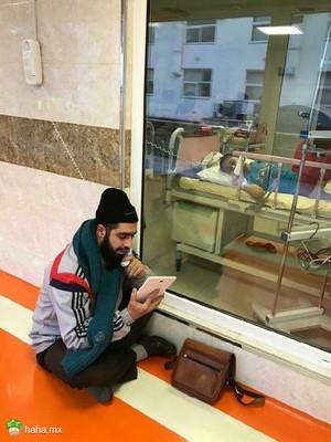 这个伊朗小男孩被确诊为癌症,他的老师每天都来医院给他讲当天的课,给他讲学校里发生的事