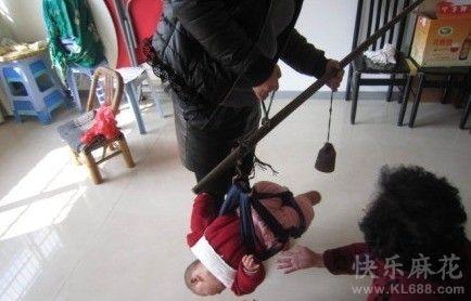 爷爷奶奶给孙子称体重!这技术含量太高了
