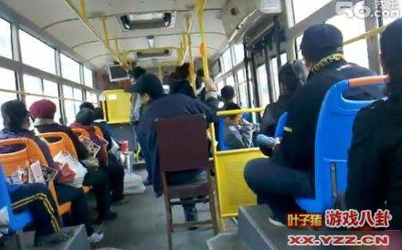 挤公交的同学快来膜拜啊。强悍啊