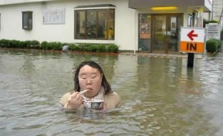 洪水猛兽也无法阻止姐用餐