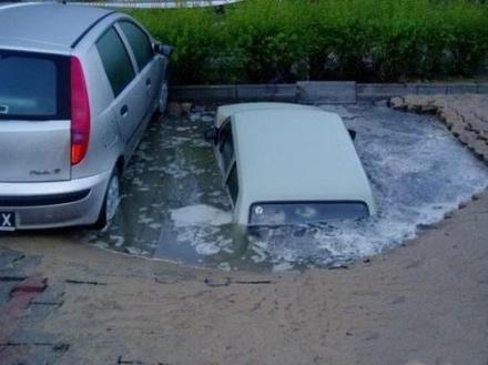 下点雨就塌,车主这下悲剧了!