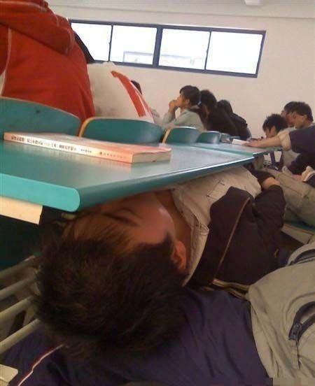 上课时可以这样睡觉