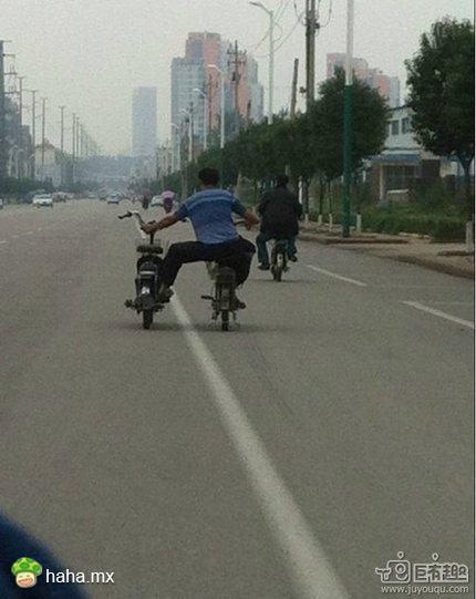 一人骑俩车