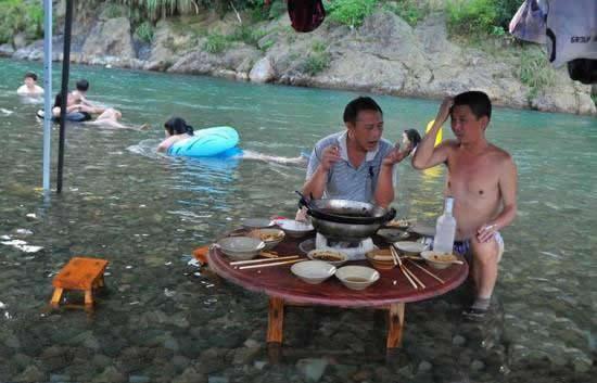 天气太热了,得这样吃饭
