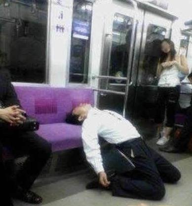 地铁最牛睡觉哥,好强大的气场