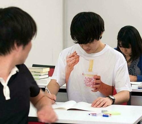 同学,同学,唉,上课不能吃泡面